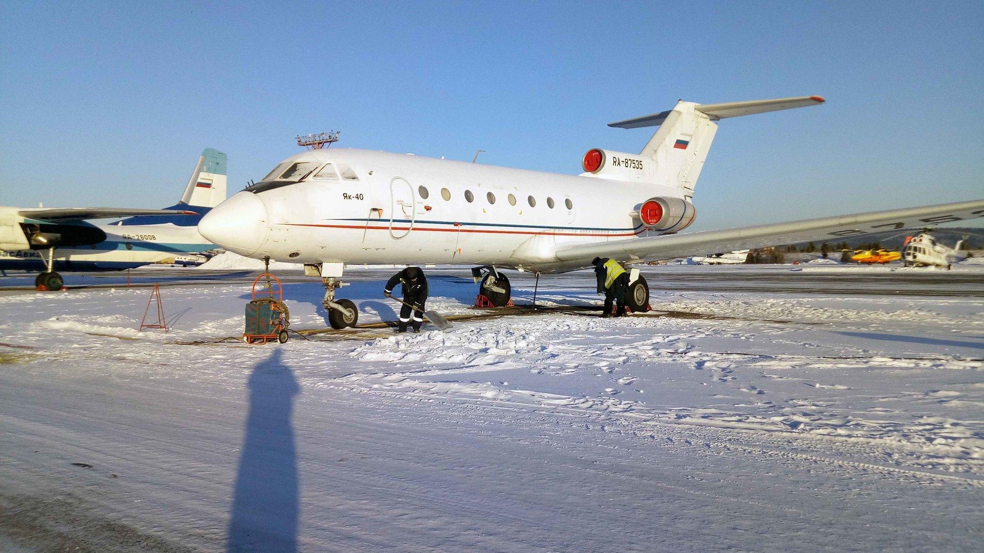 Подготовка к буксировке самолета к месту разборки в а/п Черемшанка