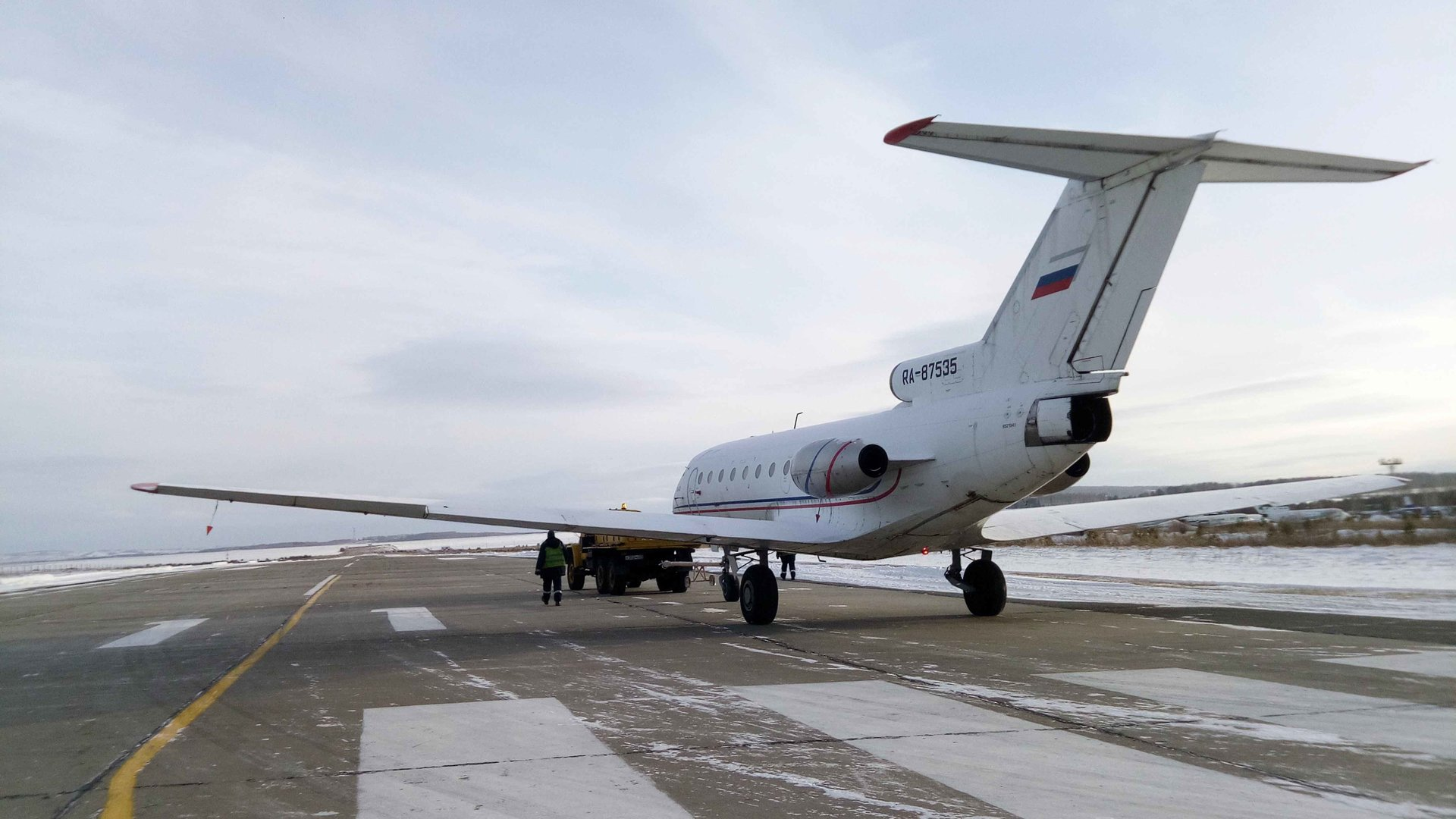 Як-40 в последний раз едет по взлетной полосе в а/п Черемшанка