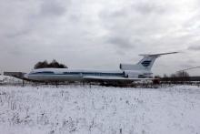 Самолет Ту-154М RA-85672 на стоянке в аэропорту Емельяново